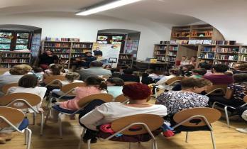 Büki Richárd zenés műsorát hallgatják a megnyitón résztvevői
